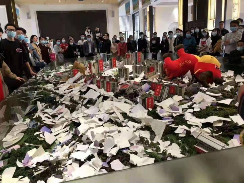 噪音扰民 北京城建龙樾生态城业主怒砸沙盘