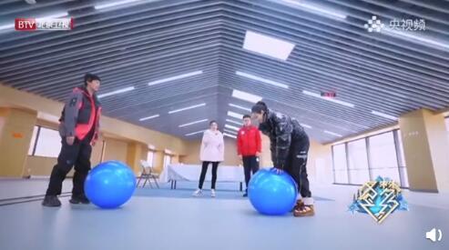 宋茜爬瑜伽球一秒滑跪 称:我给您拜个早年