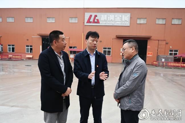 娄星工业集中区负责人现场调度利钢三期项目建设