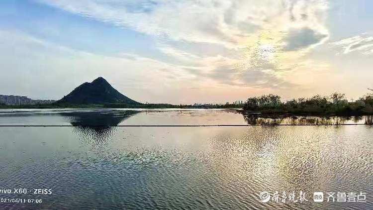 清晨的华山湖,蓝天下更显美丽