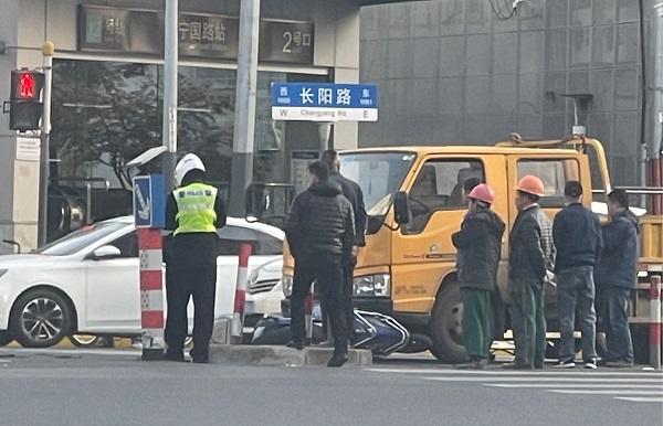 果然要戴头盔!工程车与电瓶车相撞,骑手逃过一劫