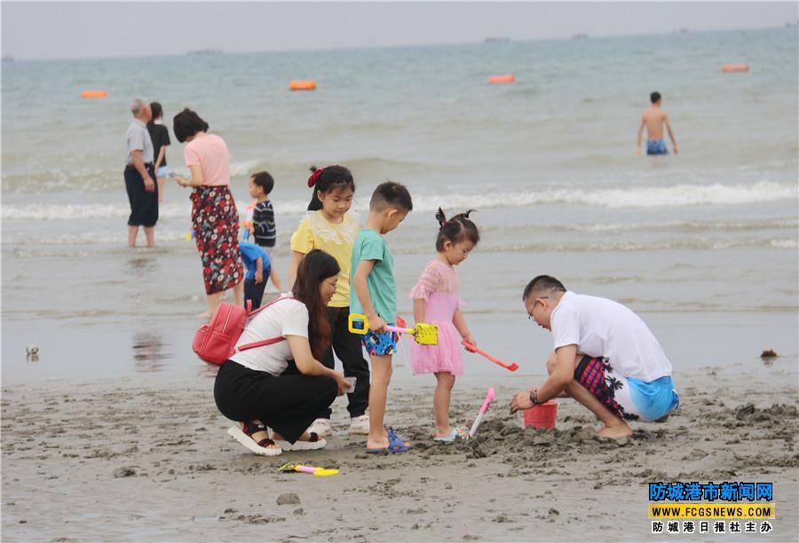 三月三期间许多游客带着家人来到白浪滩旅游景区游玩