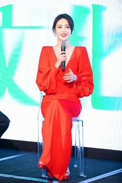 佟丽娅一袭红裙露迷人锁骨 气质优雅笑容温柔