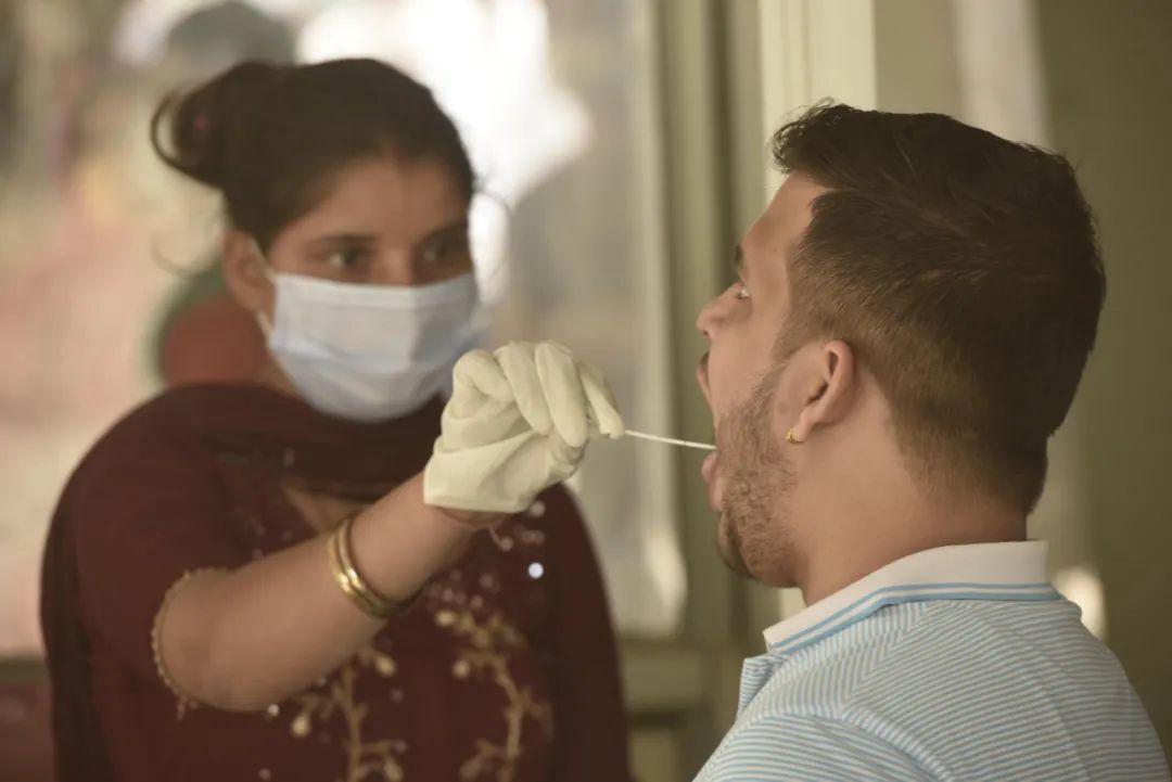 每天确诊突破20万,印度正经历一场疫情海啸