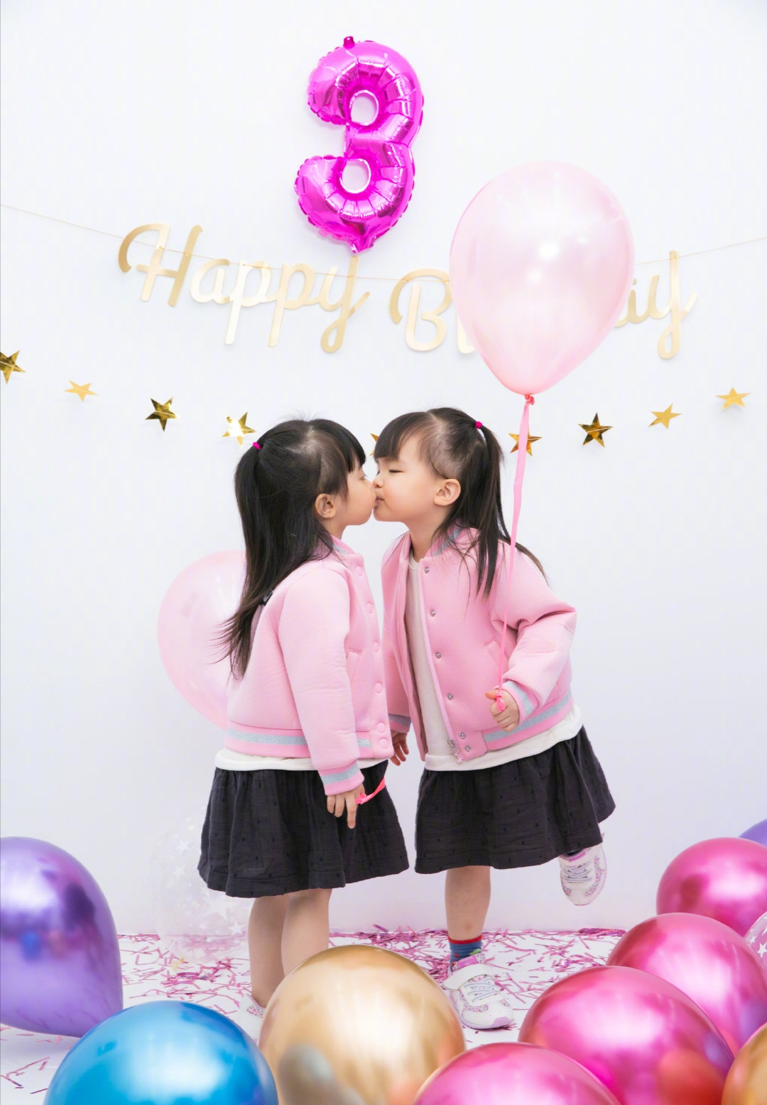 熊黛林为双胞胎女儿庆生,两姐妹颜值差距太大,一个像爸一个像妈