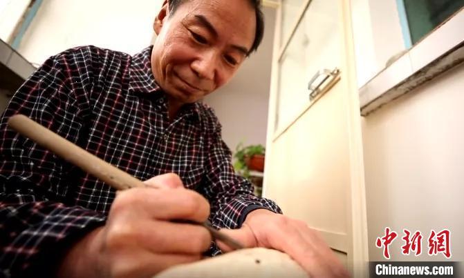 """木雕匠人""""刀尖之上""""20年 方寸间传承民间艺术"""