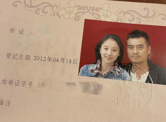 陈龙妻子晒结婚证秀恩爱,结婚九年甜蜜如初,中性风装扮逛街