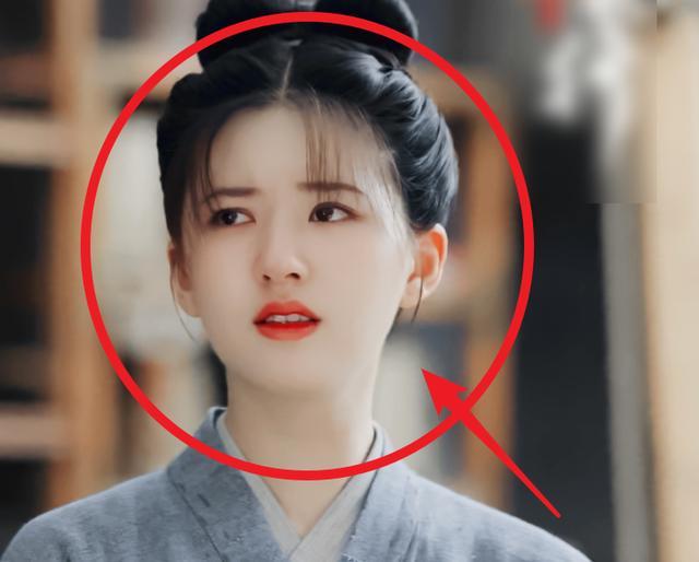 《长歌行》曝光花絮,热巴为吴磊整理头发,对方的眼神却亮了