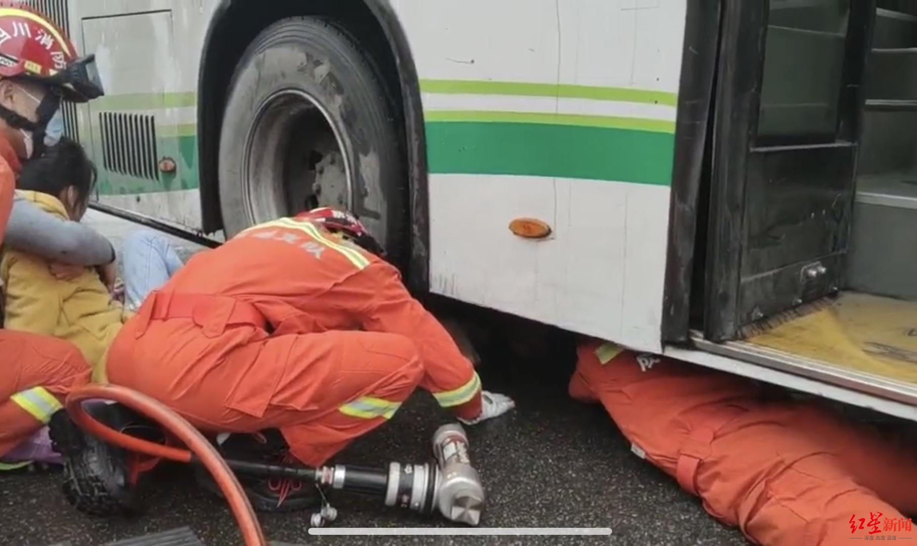 这一排背影让人动容:女孩小腿被压公交车轮下,众人抬车救人
