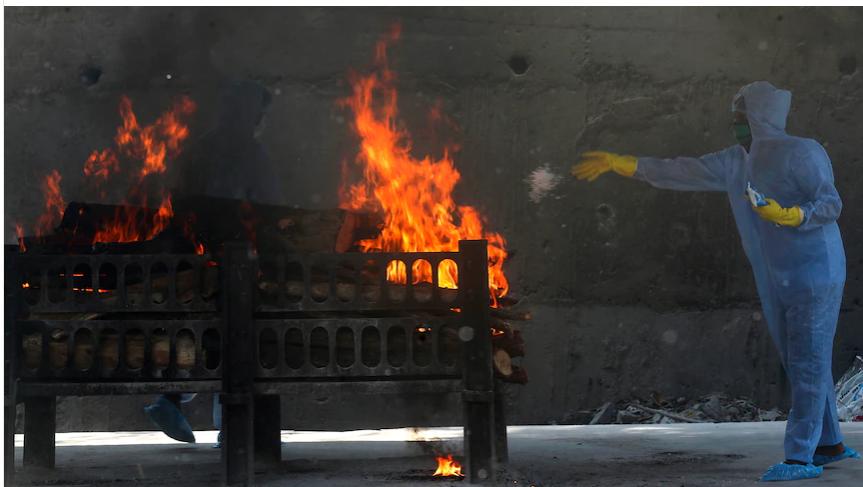 印度火葬场日夜运转,金属零件都融化了!图片