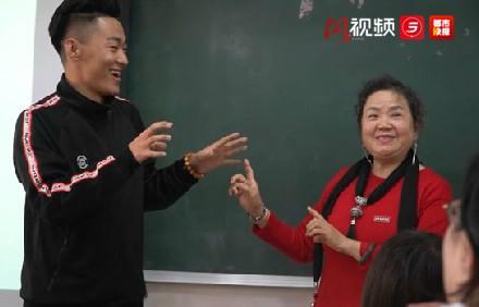 西安一教师坚持看30年动画片,只为……