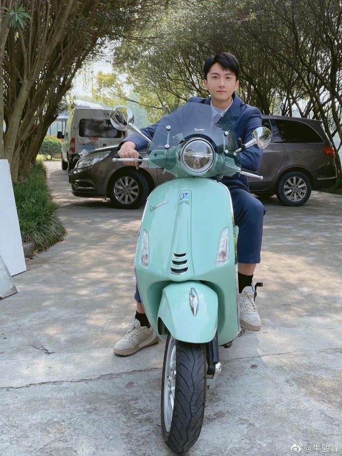 牛骏峰晒街拍照 骑单车享受春日美好时光