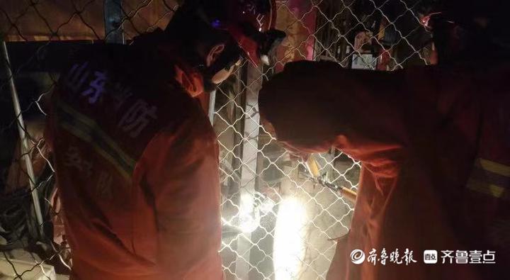 泰安:大货车撞入平房内致一住户被困 消防紧急救援