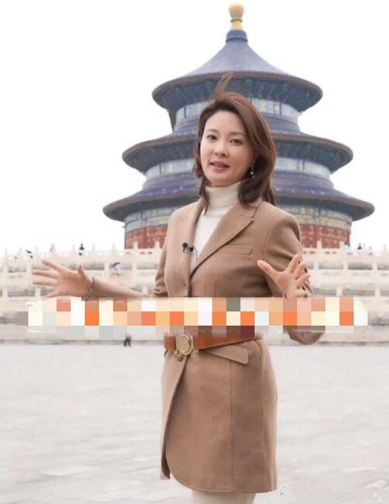 刘芳菲室外主持的现场照,48岁的皮肤保养的很好,气质优雅大气!