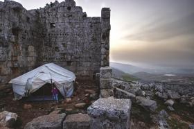 叙利亚难民躲进古代遗迹逃避战争