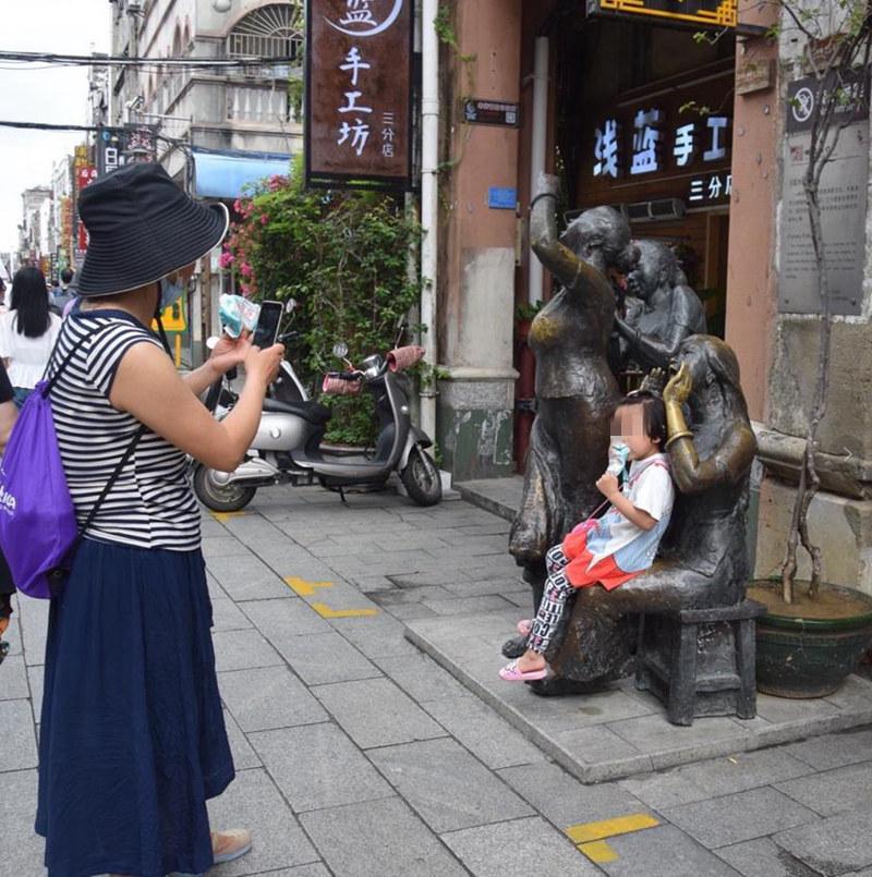 【不文明旅游曝光台】坐景区雕塑