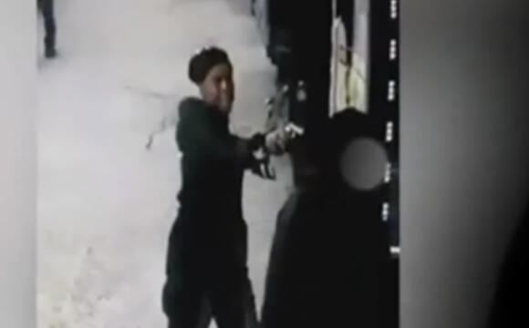 女子纽约街头被枪杀,凶手持枪对准后脑勺,惊悚瞬间被拍下!
