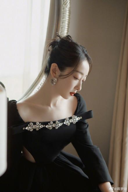 蒋梦婕一袭黑色短裙惊艳 造型尽显高贵典雅