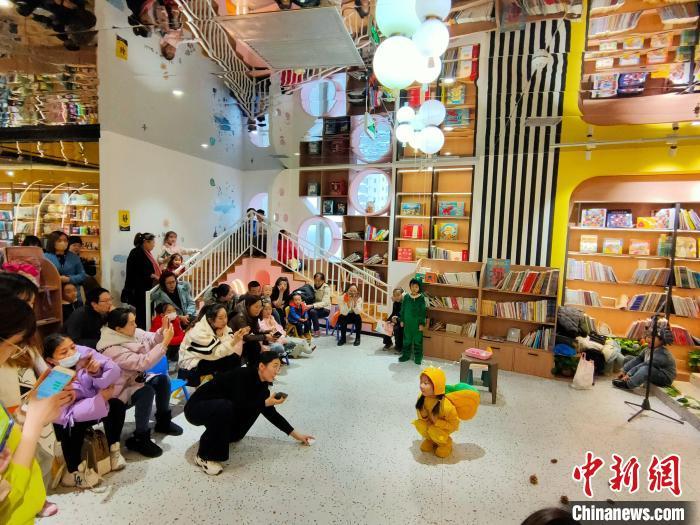 """通讯:在诗意中栖息的中国北方书店:""""翻动书页为生命增亮色"""""""