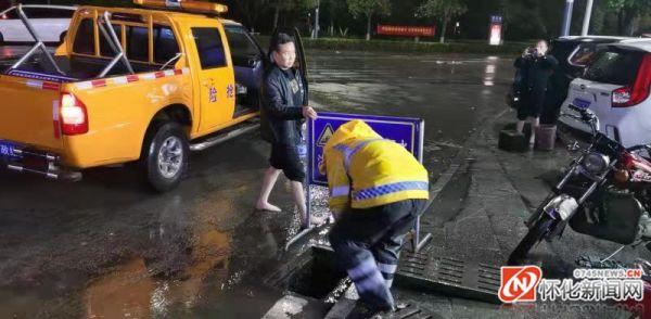 突降暴雨车辆被困  经开区执法局市政维护所积极开展防洪防涝解困