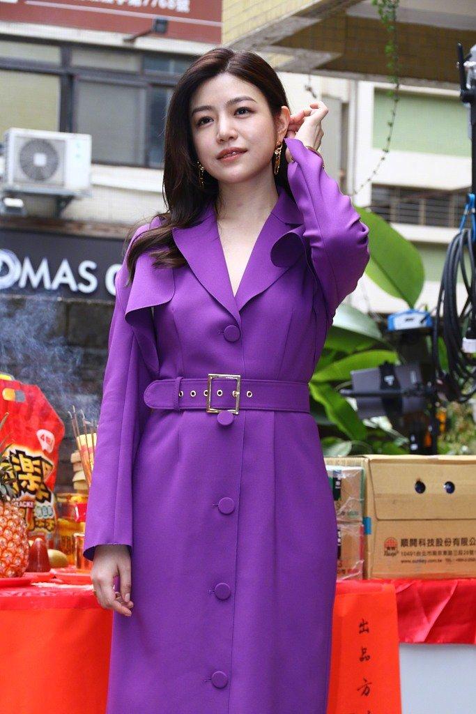 陈妍希脸泛油光,胖的自然很真实,但穿紫色大衣比身边阿姨还老!