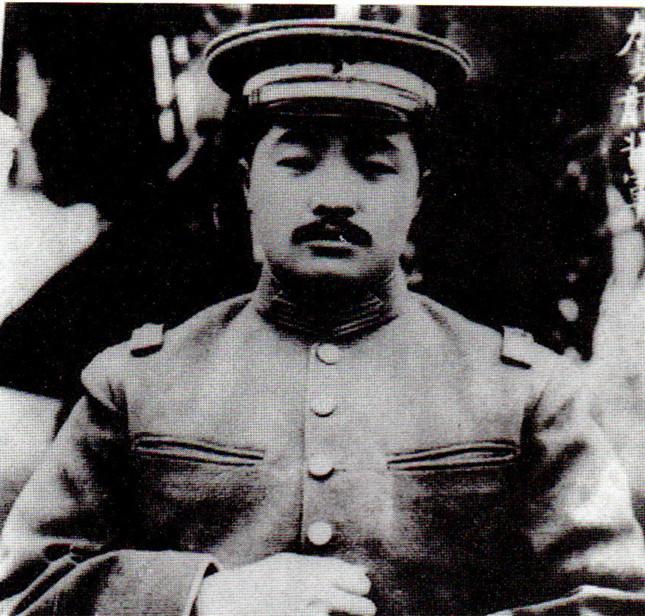 """设计军旗军徽时,毛泽东建议加上""""八一"""",贺龙说:我不同意……提议换上""""九九"""""""