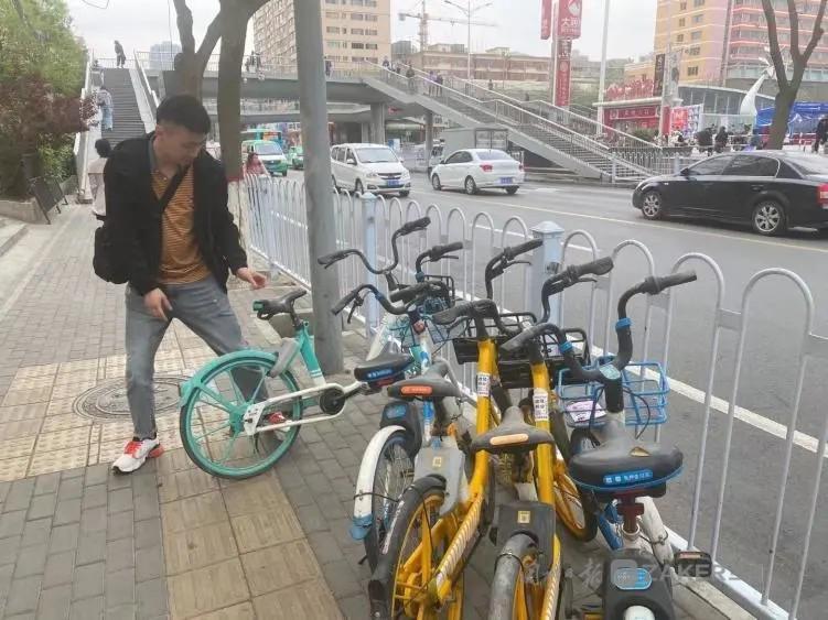 雁滩环卫市政所开展共享单车专项整治行动