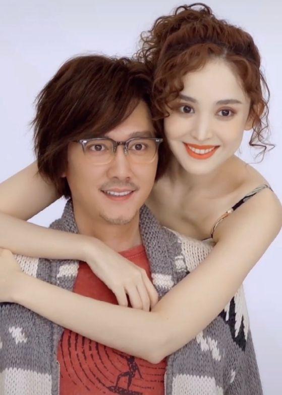 冯绍峰被古力娜扎双手绕颈,身子板正表情发僵