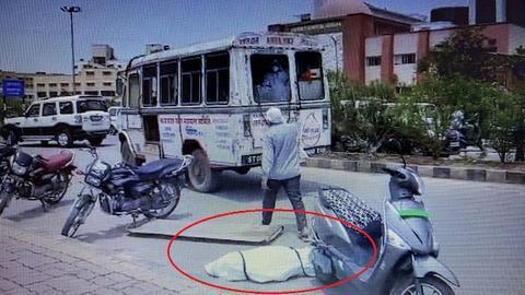 印度救护车载新冠死者急速行驶致遗体掉落 家属抗议