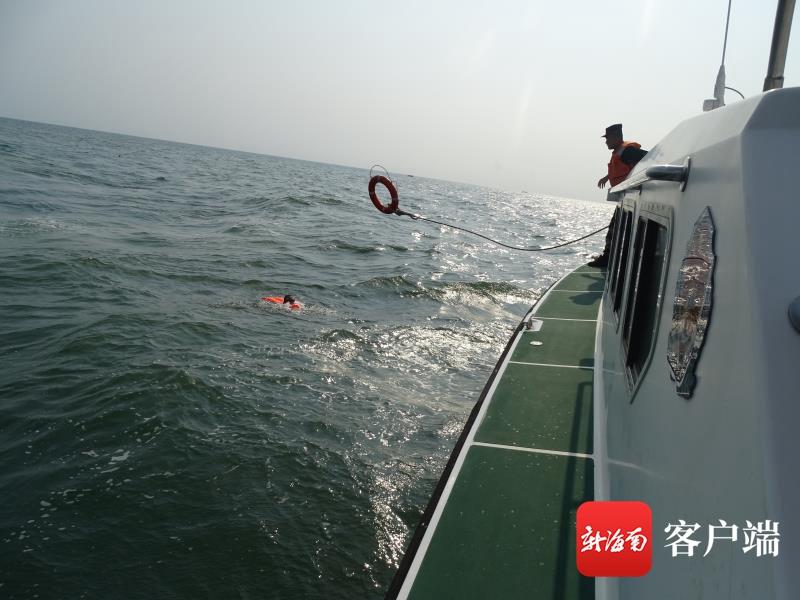 乘快艇出海钓鱼遇风浪 琼海海警成功救助3名落水人员