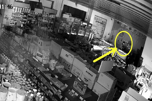 """超市保险箱被盗,小偷竟然会""""穿墙术""""?"""