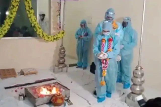 真不怕死!印度新人穿防护服办婚礼 新郎已确诊新冠