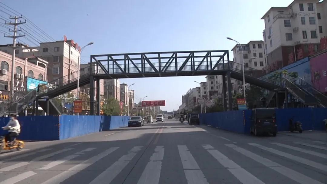 河南商丘通报家长自费百万建天桥:未同意给其广告经营权