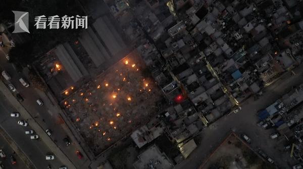 印度单日死亡数以千计 露天火化照亮城市夜空