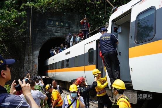 """台铁""""太鲁阁号""""408次列车产生出轨变乱,多人受困。列车上没有受伤的搭客沿着车厢顶连续走出。图自台湾""""中心社"""""""