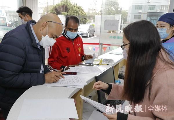 在沪外籍人士接种国产新冠疫苗