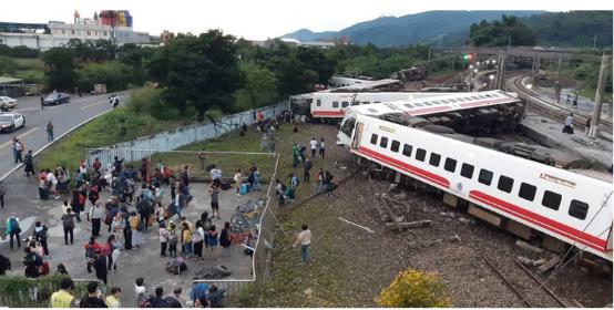 """台铁""""普悠玛""""列车下昼4时50分出轨。图自台媒"""