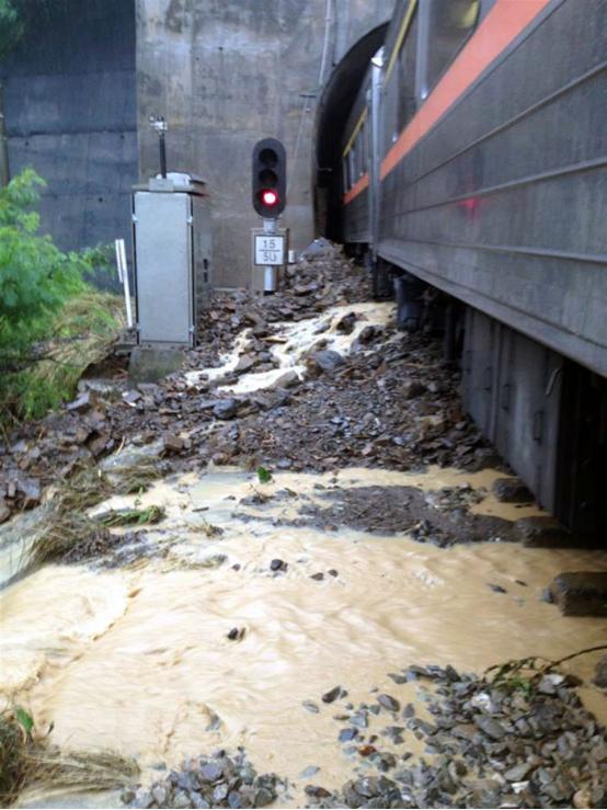 """台铁302次""""自强号""""在屏东撞上泥石流,列车车厢星散并出轨。图自台湾""""中心社"""""""