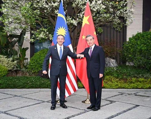 王毅与马来西亚外长会谈 大马外长:我们是一家人