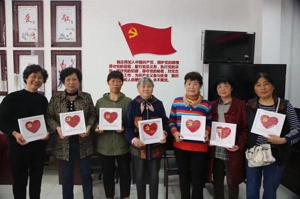 沙洲街道中央商务区社区党史教育课堂做党徽、唱红歌