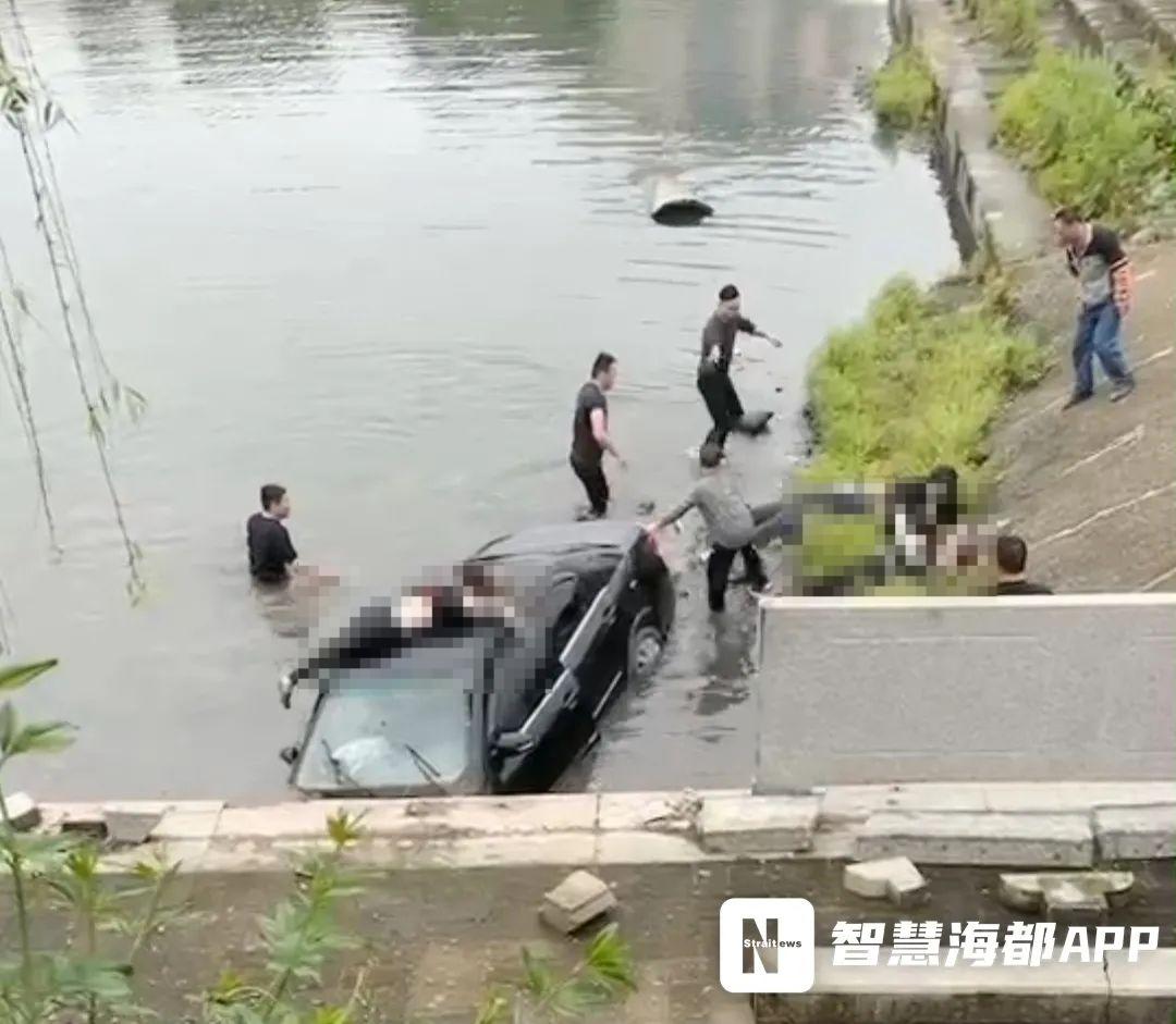 福州长乐一小车返乡扫墓途中坠溪,3人不幸身亡图片