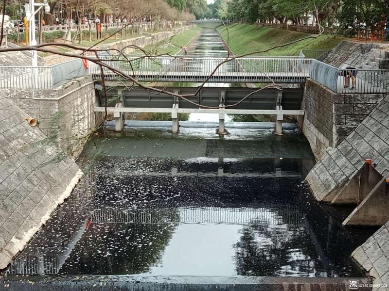 新洲河近日出现深蓝色的水是否有污染?福田区水务局回应:未发现污水溢流入河痕迹