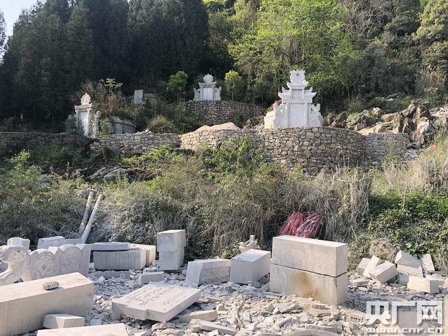 墓地构筑(记者 周益帆 摄)