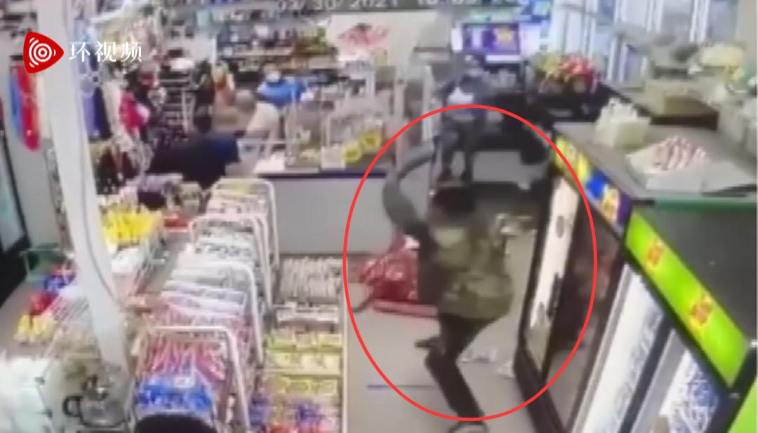 亚裔杂货店被砸,动手者是黑人男子……图片