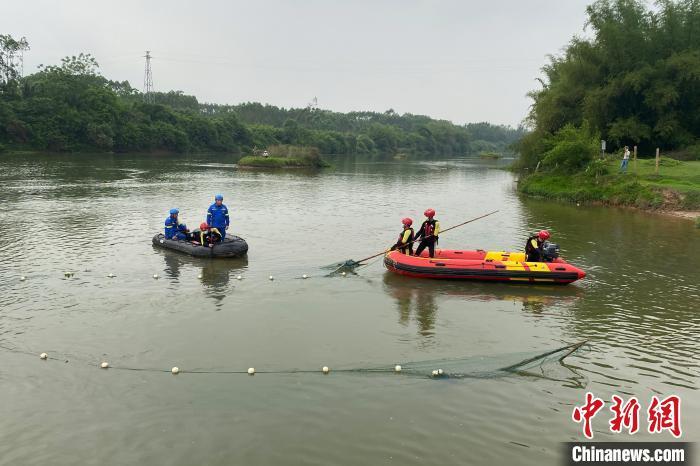 图为救援人员利用渔网进行搜索。钦州市消防救援支队供图