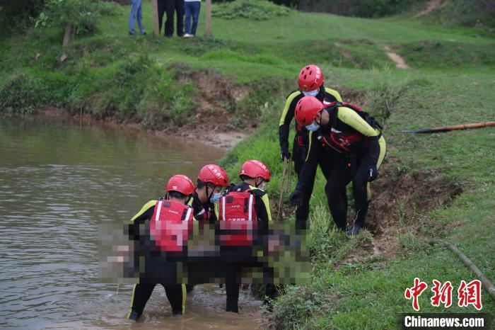 图为救援人员打捞出遇难者遗体。钦州市消防救援支队供图