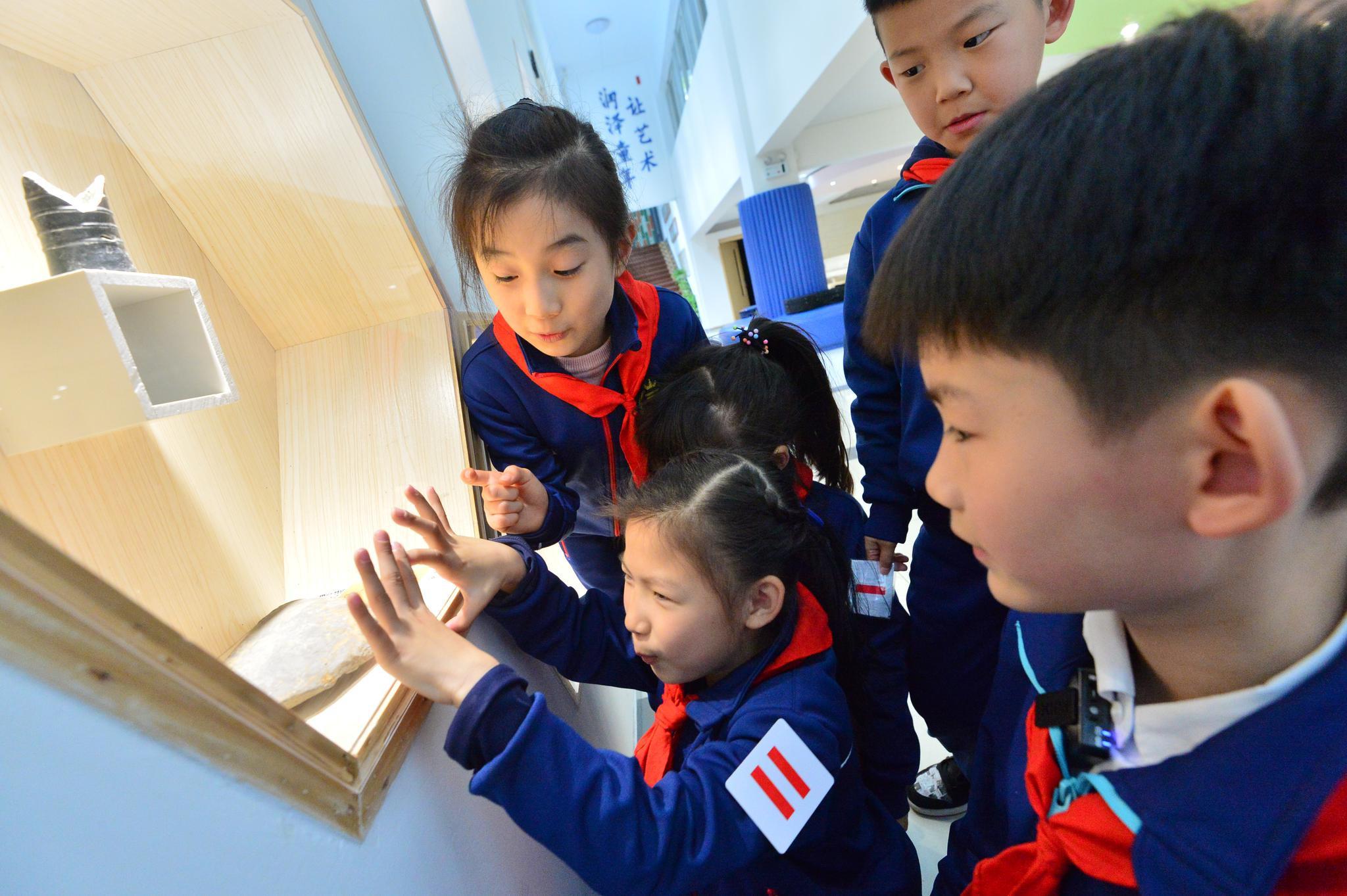 杭州:小学生校内观赏良渚古物