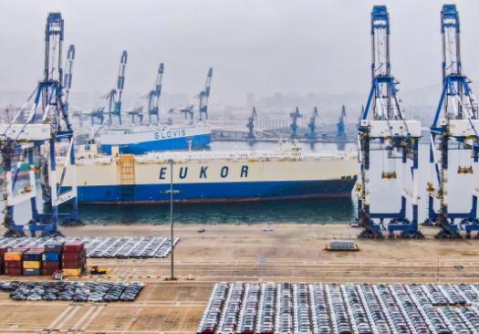 山东港口烟台港三船同靠作业量再创新高