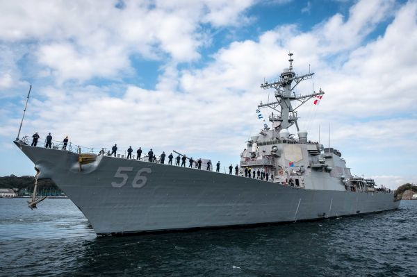 """美驱逐舰""""麦凯恩""""号穿航台湾海峡 东部战区回应"""