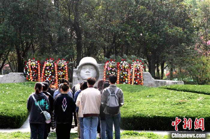 纪念台儿庄大战胜利83周年 参战将士后人悼英烈